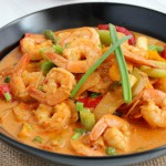 röd curry med ris och jätteräkor